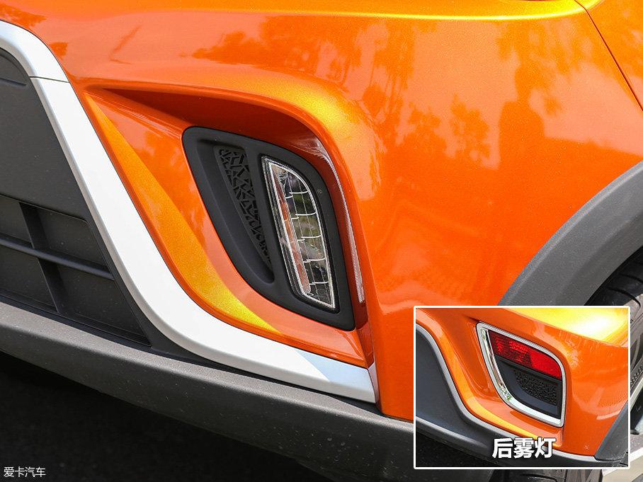 远景X1的设计师非常懂得利用各种巧妙的手法来吸引你的眼球,比如位于LED日间行车灯旁边的冰裂纹设计的装饰花纹面板。而同样的设计,也出现在了后雾灯旁边。