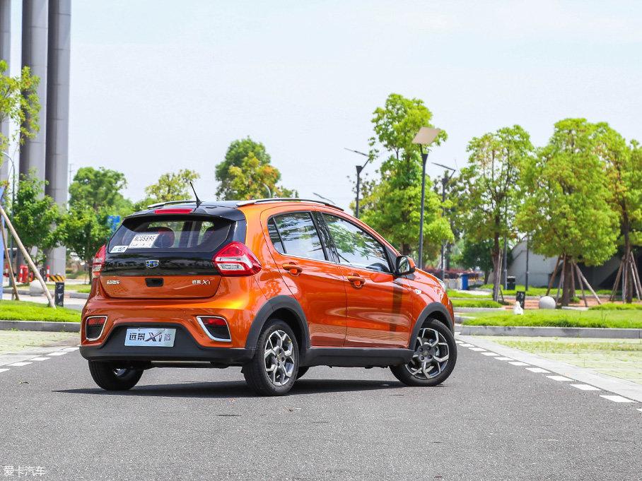 采用黑橙双色配色的车尾,也在俏皮的圆润造型中透射精致感。而被打造得极有层次感的尾部造型,也被左右两侧带有镀铬装饰框的雾灯抢走了存在感。