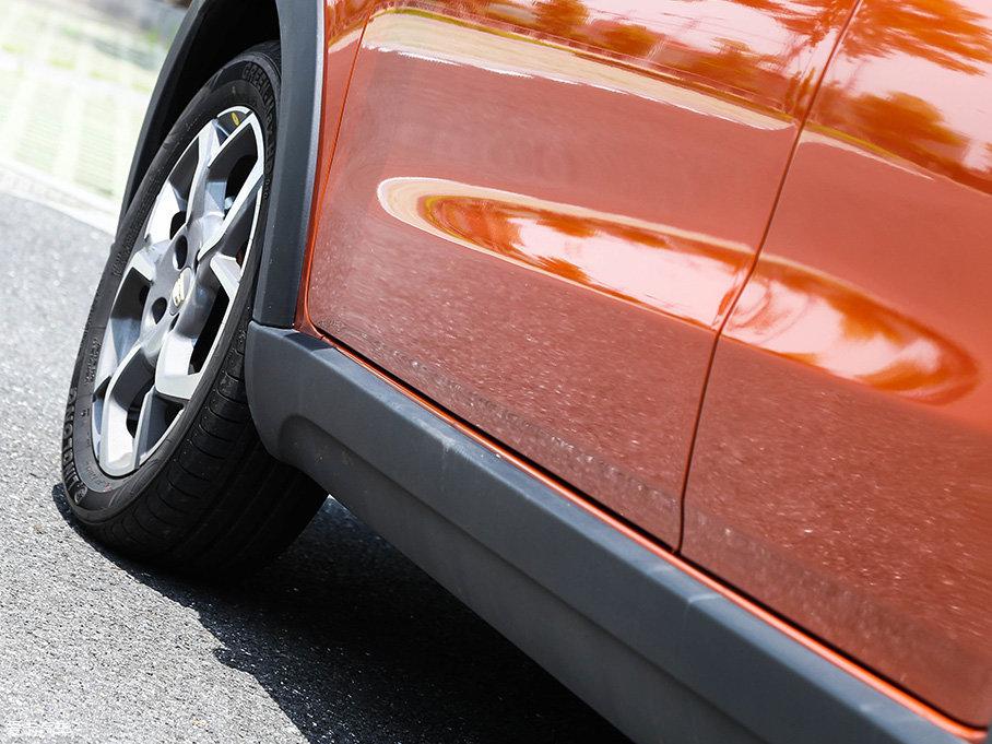 考虑到新手由于驾驶技术不够娴熟容易造成车辆划痕,以及迎合SUV的特质,远景X1还在车身四周底部设置了外凸式的黑色防擦条。