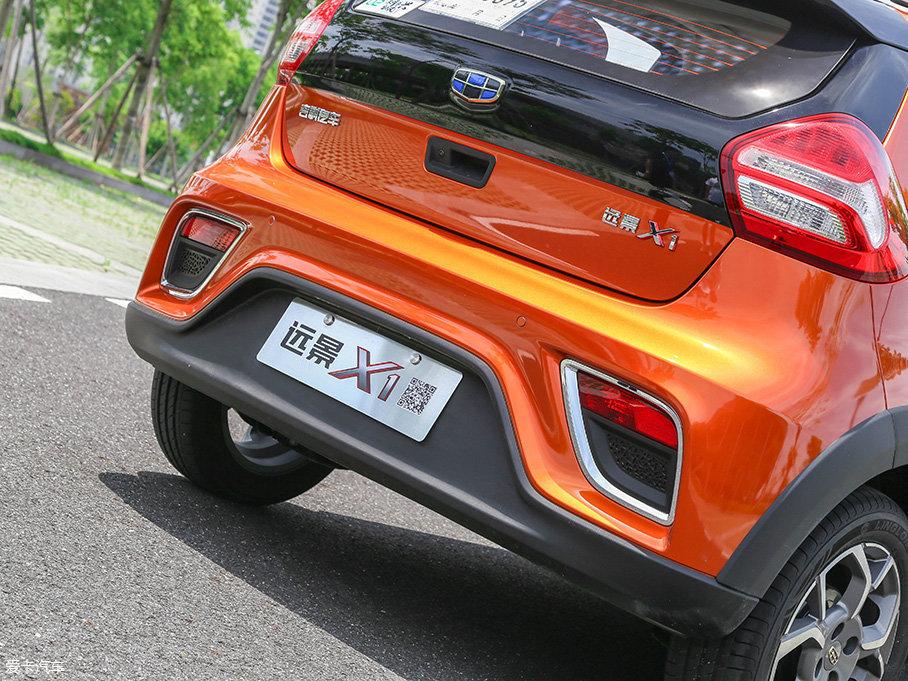 尾部整体造型已足够炫酷的远景X1,符合时宜地选择了隐藏式排气的设计。此外,倒车雷达、倒车影像功能均在这辆迷你SUV上所配备。