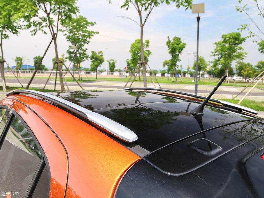 车顶行李架的配备,逐渐成为了年轻人群衡量车辆是否符合户外气质的标准。而远景X1所采用的悬浮式设计,也在打造玩味的基础之上,以细节彰显个性。