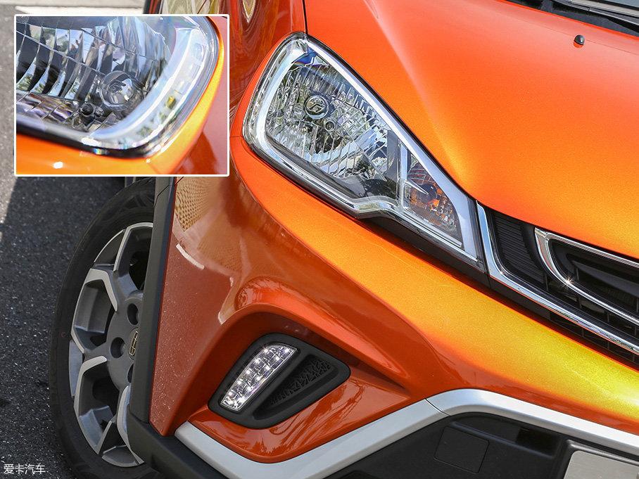 与中网两侧衔接的是远近光一体式卤素大灯,并配备了LED日间行车灯。此外,大灯高度调节功能还为全系车型所标配。
