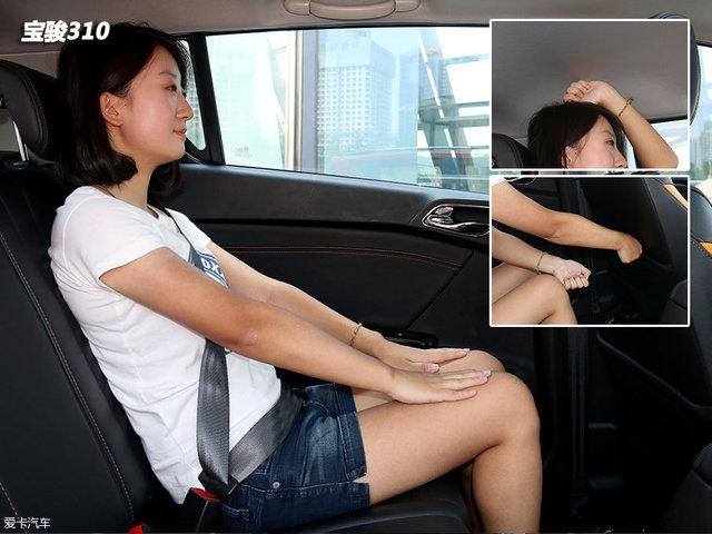 保持前排座椅位置不变,体验者坐入后排。腿部剩余空间十分充裕,而头部则仅有一拳左右距离,稍显局促。