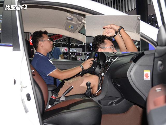 身高为176cm,坐进比亚迪F3的前排,将主驾驶座椅调整至最低的位置,此时头部距离车顶足有一拳多的距离,前排的纵向空间十分充裕。