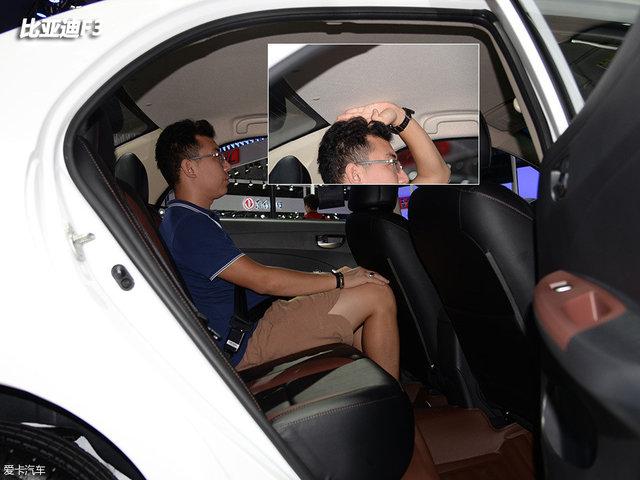 保持前排座椅位置不变,当体验者坐到比亚迪F3的后排,此时头部空间约有四指,但腿部空间已所剩无几。