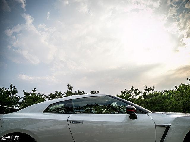 御姐约豪车 雨中的低调战神GTR nismo