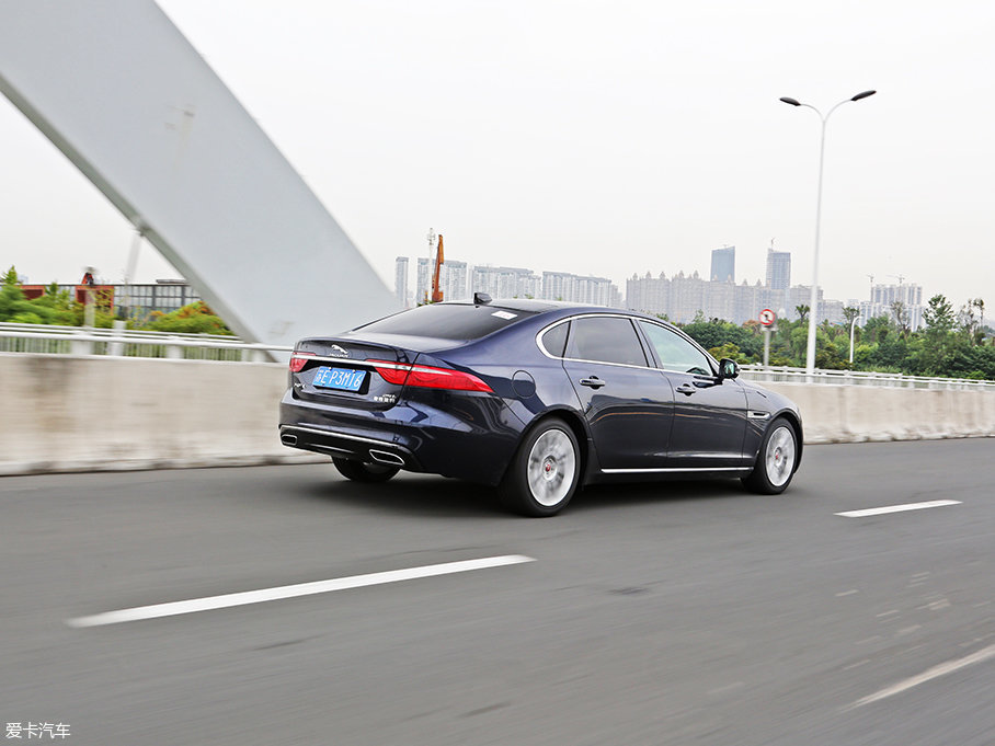 在走走停停的城市路况中,变速箱能及时顺畅地切换到合适的挡位,没有明显的顿挫感。驾驶控制系统可在动态模式下提供更迅速的换挡和降挡,而在节能模式下则能获得更好的燃油经济性。
