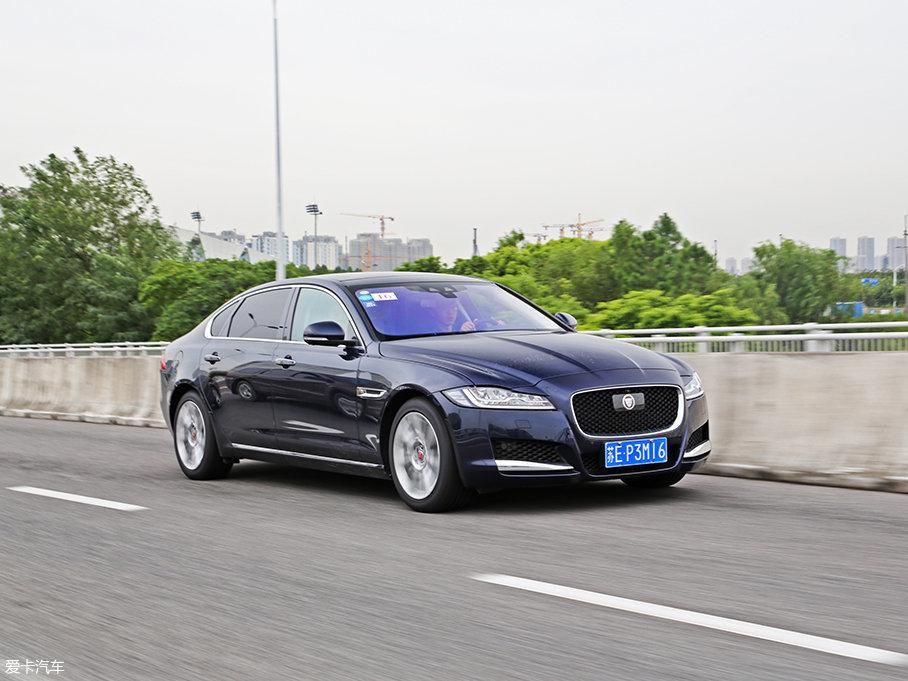 XFL的底盘既能在高速过弯时提供足够的支撑力,也能在通过颠簸路段时避免生硬的颠簸感传入车内。虽然采用了较大尺寸的轮胎,但噪音和震动都能被悬挂化解,传到车内的只是平顺且细腻的路感。