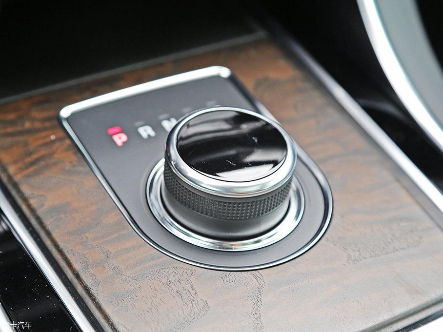 8挡手自一体变速箱也进行了优化,变速箱控制器可监测驾驶风格,并使换挡模式与之适应。