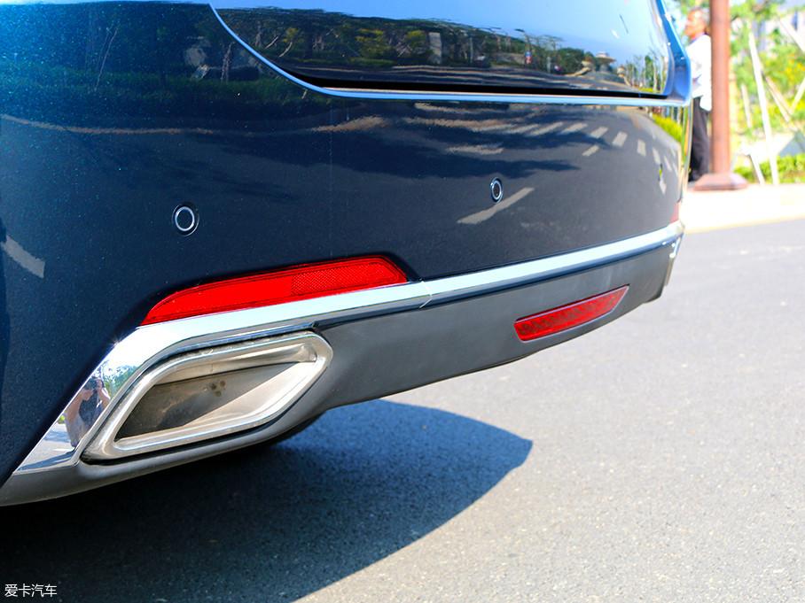 排气采用双边单出设计,扁平的排气口造型与车身外形相得益彰,横贯车尾的镀铬饰条增加了尾部的整体性和视觉美感。