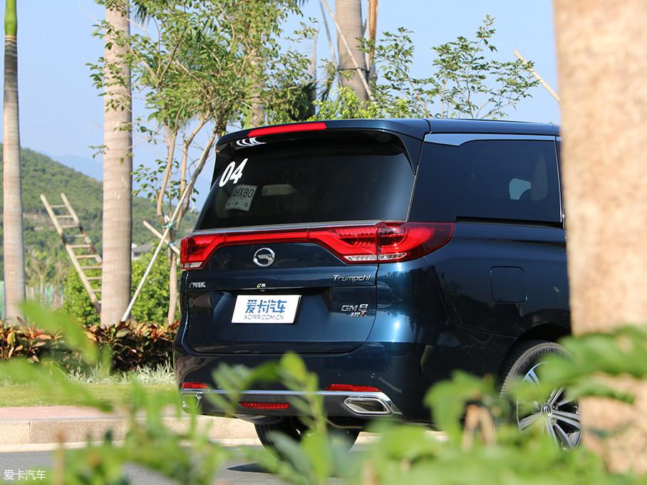 GM8的D柱采用熏黑处理,营造出极为明显的悬浮式车顶视觉效果。尾部造型饱满,横向镀铬饰条横贯尾部,与底部排气处的饰条相呼应,使车尾造型兼顾了稳重和时尚。
