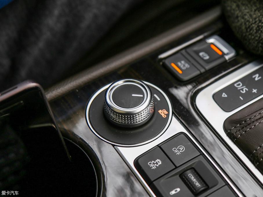 途锐换挡杆后方左侧的旋钮用来控制ON ROAD(公路)和OFF ROAD(越野)模式,操作方便快捷。在进入越野模式后,仪表盘会显示出车辆的悬挂高度和车轮转向角度,并自动开启陡坡缓降。