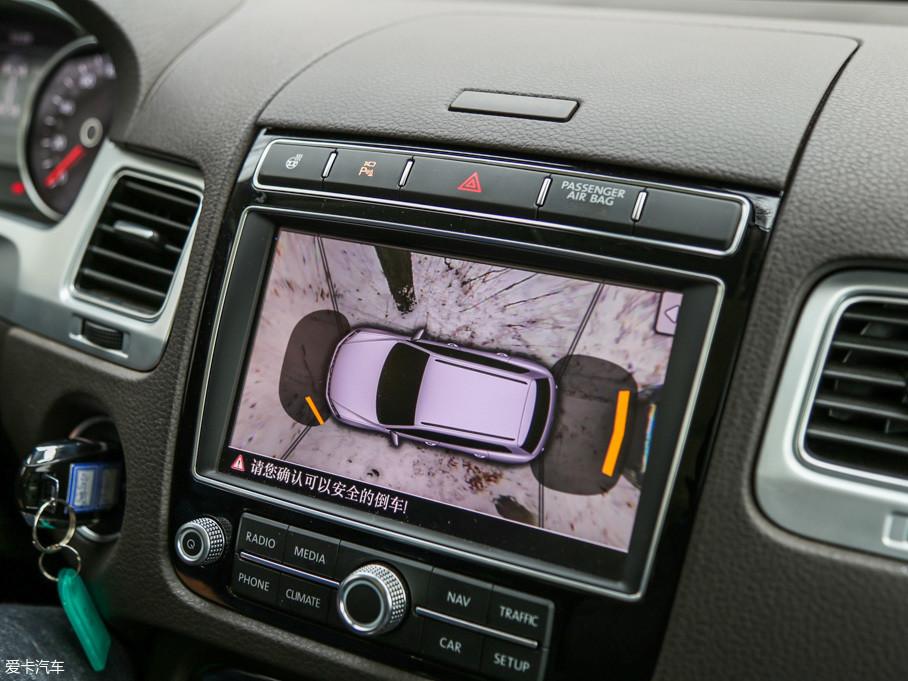 途锐配备有全景影像,并且流畅度清晰度都不错。在越野时可以打开该功能用作参考,降低车辆剐蹭的概率。