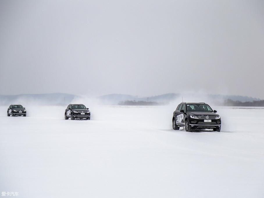 在前往穿越路线起点的途中,我们需要穿过镜泊湖。虽然眼前一片开阔,但是在这样的路面上行驶时需要控制好车速,并谨慎驾驶。因为你无法看到雪下面隐藏着什么。