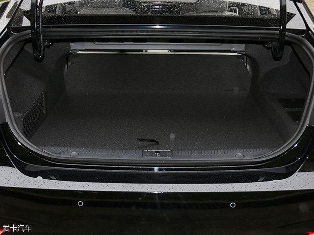 荣威ei6的行李厢空间还是遭到了电池无情地挤压,虽然后排座椅支持全部放倒,不过对比燃油车来说,行李厢空间还是略显局促。