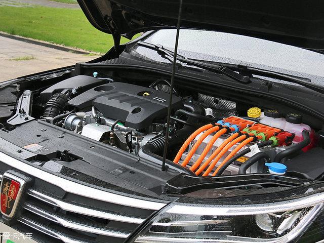 荣威ei6的动力系统是一台1.0T三缸汽油发动机和两台电动机。综合最大功率为168kW(229Ps),峰值扭矩为622Nm。传动系统为上汽集团自主研发的电驱动单元EDU。