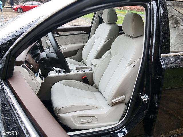 空间上,荣威ei6绝对能够满足全家人的需求。在保证前排驾驶员视野的同时,拥有不错的头部空间。