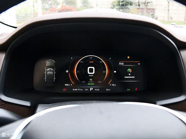 可同步显示中控屏幕信息的全液晶仪表盘,不仅能够显示3D导航信息、娱乐信息、通讯信息等内容,还可根据驾驶模式选择仪表盘样式。