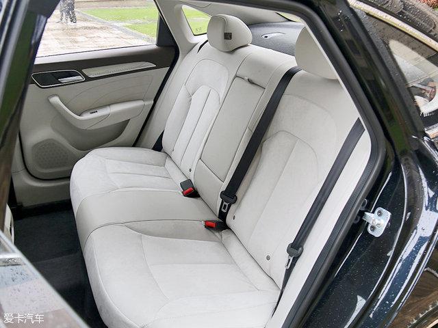 后排中间底盘的凸起可以接受,乘坐三名乘客不成问题。只不过后排中间位置没有提供头枕,略显遗憾。