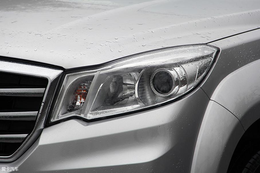 不规则的前大灯在设计方面并不算出色,但功能配置却不含糊,领航版车型均配备了自动大灯,并且全系标配大灯高度调节功能。