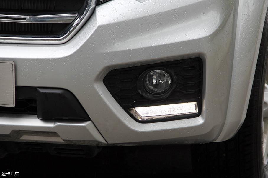 作为时下的流行元素,LED日间行车灯的加入使风骏6显得更加新潮。同时,在LED日间行车灯的上方还配备了圆形雾灯,周边区域则采用亮黑色材质装饰,提升了视觉整体感。