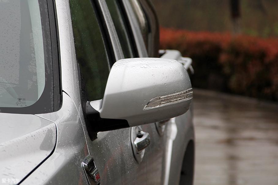 外后视镜造型中规中矩,集成转向灯也是常见的设计手法。功能方面,可支持电动调节,部分车型还配备了电动折叠及加热功能。