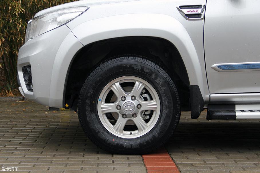 六辐式铝合金轮圈显得较为粗犷有力,试驾车型配备的是规格为235/70 R16的好运牌轮胎。此外,风骏6还全系标配了四轮盘刹,这在同级车型中是比较有优势的。