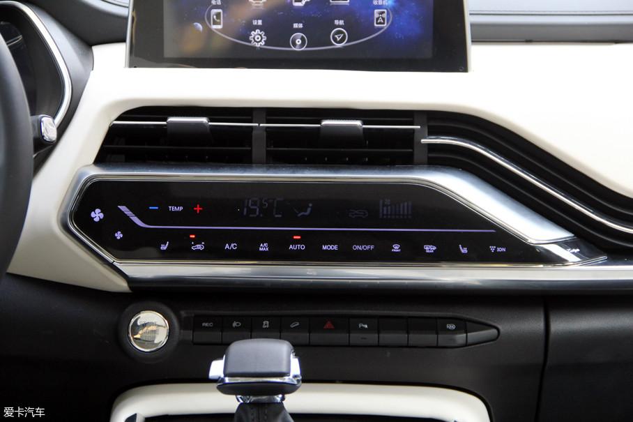 新车配备了自动恒温空调,控制按钮采用触控式设计,很有科技感.