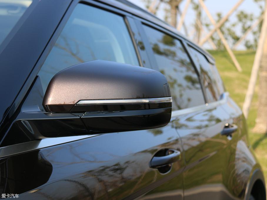 贺岁版车型标配后视镜电动折叠和加热的功能。此外,LED转向灯也集合其上。