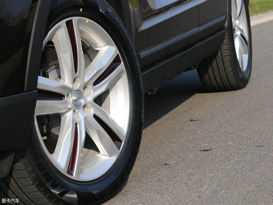贺岁版车型的轮圈造型与普通版相同,只是轮辐中间采用深红色涂装,这也是贺岁版车型在外观上最明显的标志。