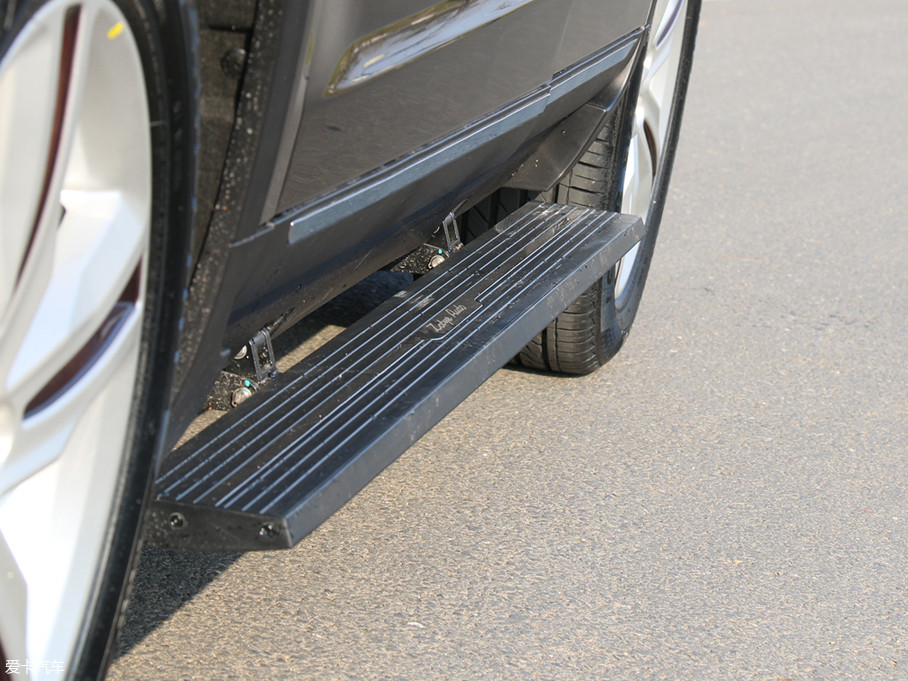 在中高配车型上,还出现了电动迎宾踏板,这也是一项十分酷炫有面儿的配置。