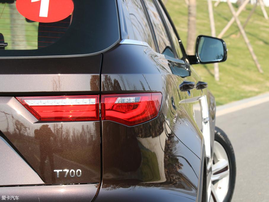 T700的尾灯造型修长且犀利,多边形的设计使它看起来仿佛一把利刃,极具攻击性。