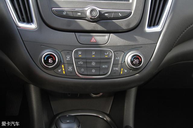 内饰:精致时尚、配置丰富   内饰方面,迈锐宝XL造型与老款保持一致,总体内饰风格简洁清晰,但又不失质感。内饰用料细腻,各基础性配置车辆均有搭载。而在娱乐系统上,实拍车型搭配7英寸液晶显示屏,支持Apple carplay等功能,后排出风口、USB充电接口等配置一应俱全。 飞翼式的座舱布局搭配悬浮式中控台,使内饰层次分明,极具视觉张力。日常可接触到的位置均采用软性材质,使车内质感得到了极大提升。 三辐式真皮方向盘尺寸适中、手感细腻。并且在3点和9点位置有人体工程学设计。右侧多功能按键可对蓝牙电话、行车