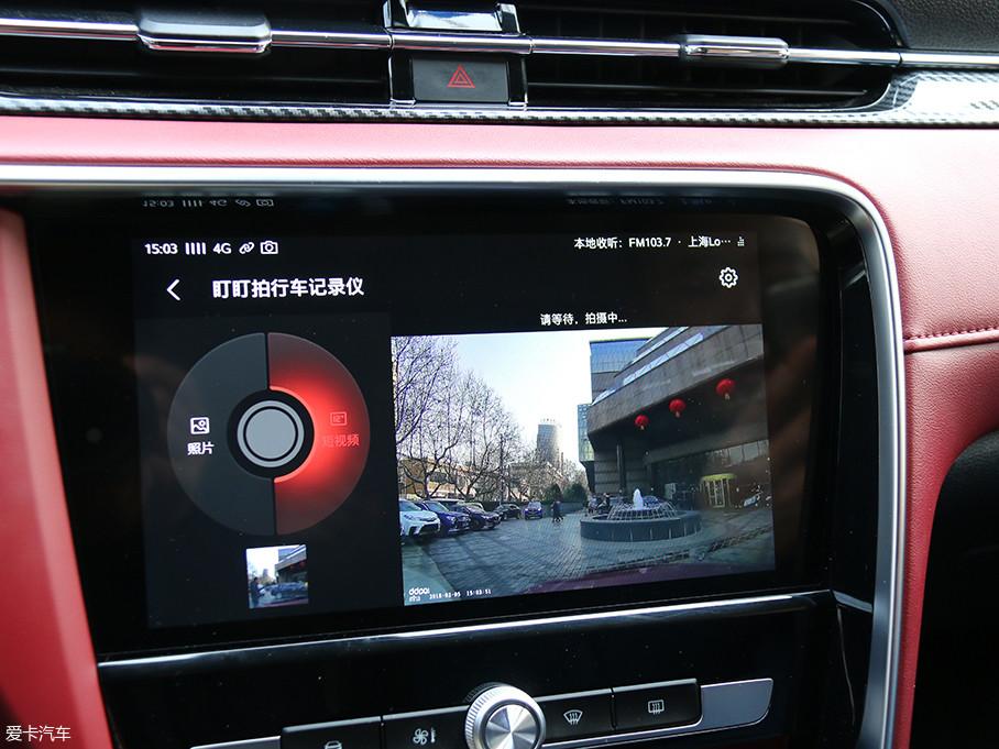 """名爵6能通过小蚁运动相机或是盯盯行车记录仪直接显示于10.1英寸的中控屏,清晰度尚可。另外,语音输入""""拍照拍照"""",还可以对当前画面进行拍照。"""