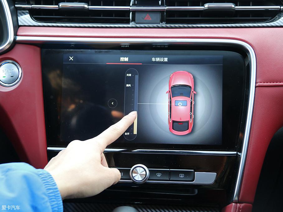 这套多媒体系统还有一点很讨喜,除了能语音控制车窗的开闭,还可以用手直接触摸屏幕进行操作,就比如图中我们可以滑动屏幕直接调节天窗的开启面积。