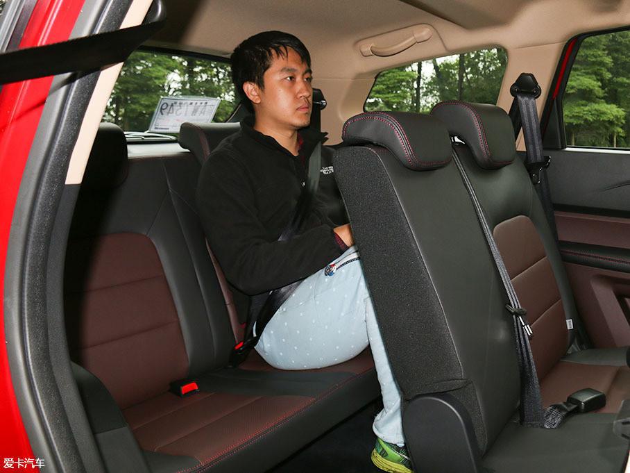 当体验者坐进第三排后,可以明显看到由于座椅椅垫较低,所以乘坐姿势并不是十分舒适,且空间比较有限。