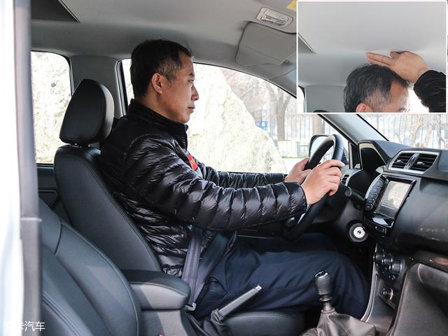 说完车厢内部,我们再来看一眼驾驶室的乘坐空间。图中演示者身高181cm,在调整至合适位置后,头部空间剩余两指。