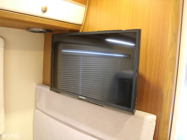 在后置单人床的对向,是一个24寸液晶电视。丰富了旅途中的娱乐功能。