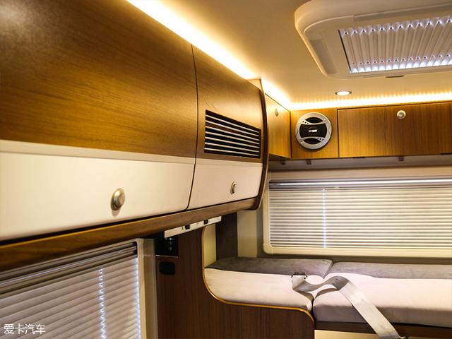 在整节车厢上方的四周,是大小不一的储物柜以及储物格,在车厢顶部还有一个220V的顶置空调。