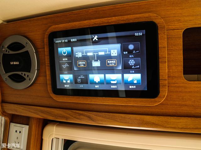 最后又要回到车门处,在车门的上方是一套房车专用电源管理系统,操作模式采用触控式,操作简单且功能全面。