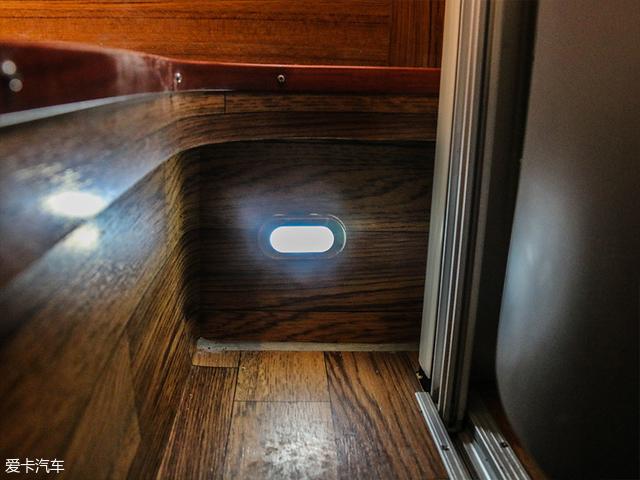 在车门内测还有一个小型的迎宾灯,十分讨好。
