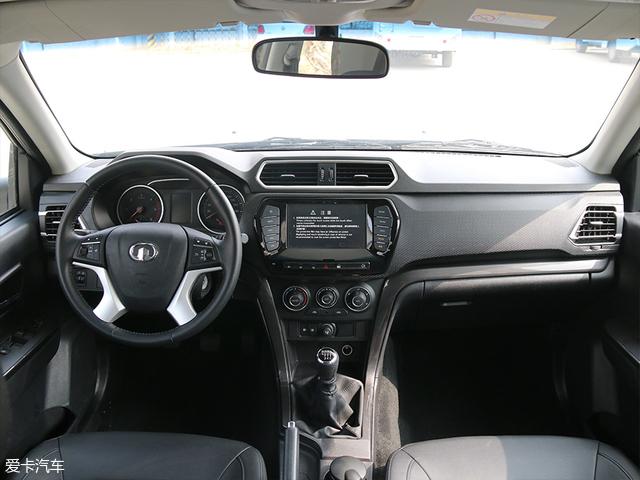 在进入车厢之前,我们先来看一下这款房车驾驶室的内饰。其内饰设计与长城汽车的风骏6并无差异。中央的彩色大屏拥有倒车视频影像、蓝牙/车载电话等功能,并且在驾驶室内还增配了双安全气囊。