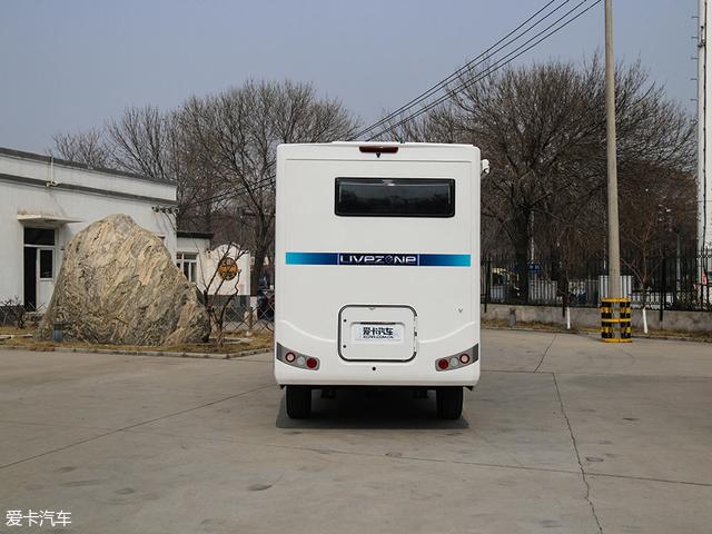 在车厢后方,拥有倒车视频影像、高位刹车灯、长方形的可开合窗户以及一个隐藏的汽油发电机。