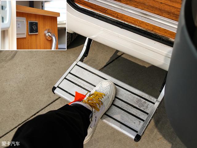 第二步,按下在车厢门口内部左侧的踏板开合按键,伸出电动脚踏板,进入车厢内部。