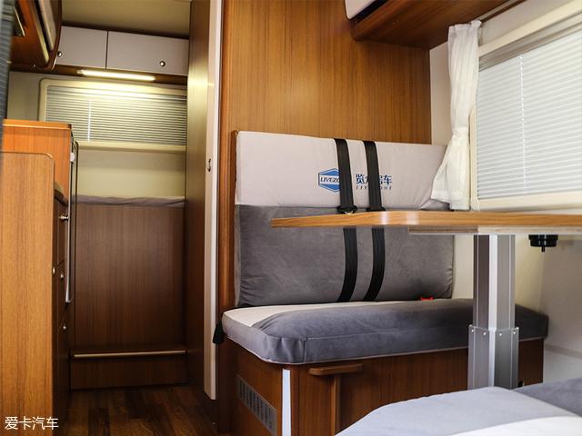 它的内部结构是将览众风骏C6的独立卫生间与餐吧区进行了对调,整体装修风格一致。