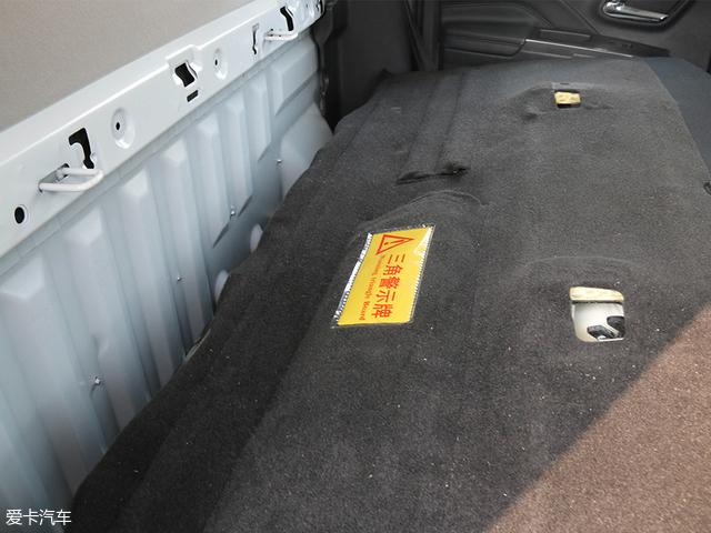 将后排座椅放倒之后,就能看到车辆必备的三角警示牌,没有它可是没办法上牌的。
