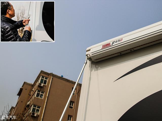 打开顶棚的方法也十分简单,只需要从车厢门的内侧取出操纵杆,将操纵杆的一端扣在如大图所示位置,再由人工通过旋转操纵杆的方式,即可打开,关闭同理。