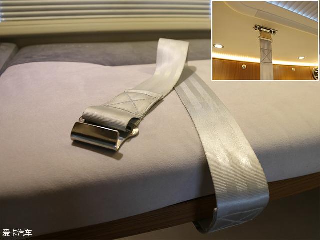 细心的网友一定观察到了这条类似于安全带的挂钩,它的作用是在用于固定床位的同时,对于上铺乘客起到一个安全保护的作用。