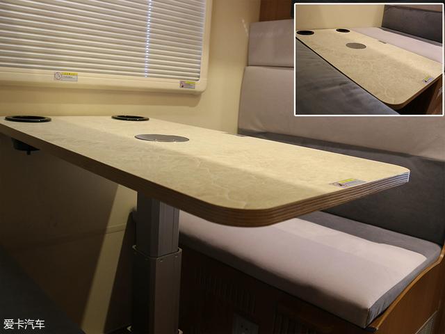 车厢内的用餐问题,就要依靠图中的手动升降桌解决了。在其内侧还有两个杯槽,这一点十分人性化。将这张桌子降至最低后,还可以与双人对坐沙发拼接成一张相比后置单人床更宽的床铺。