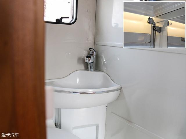 洗手池中的淋浴喷头采用的是伸缩式设计,将其拉长后固定在镜子旁边的喷头壁挂座上即可形成一套完整的淋浴系统。